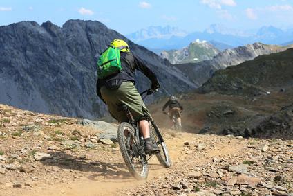 Downhillbiker im Gebirge